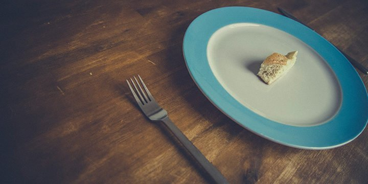 Ein Stück Brot auf einem Teller