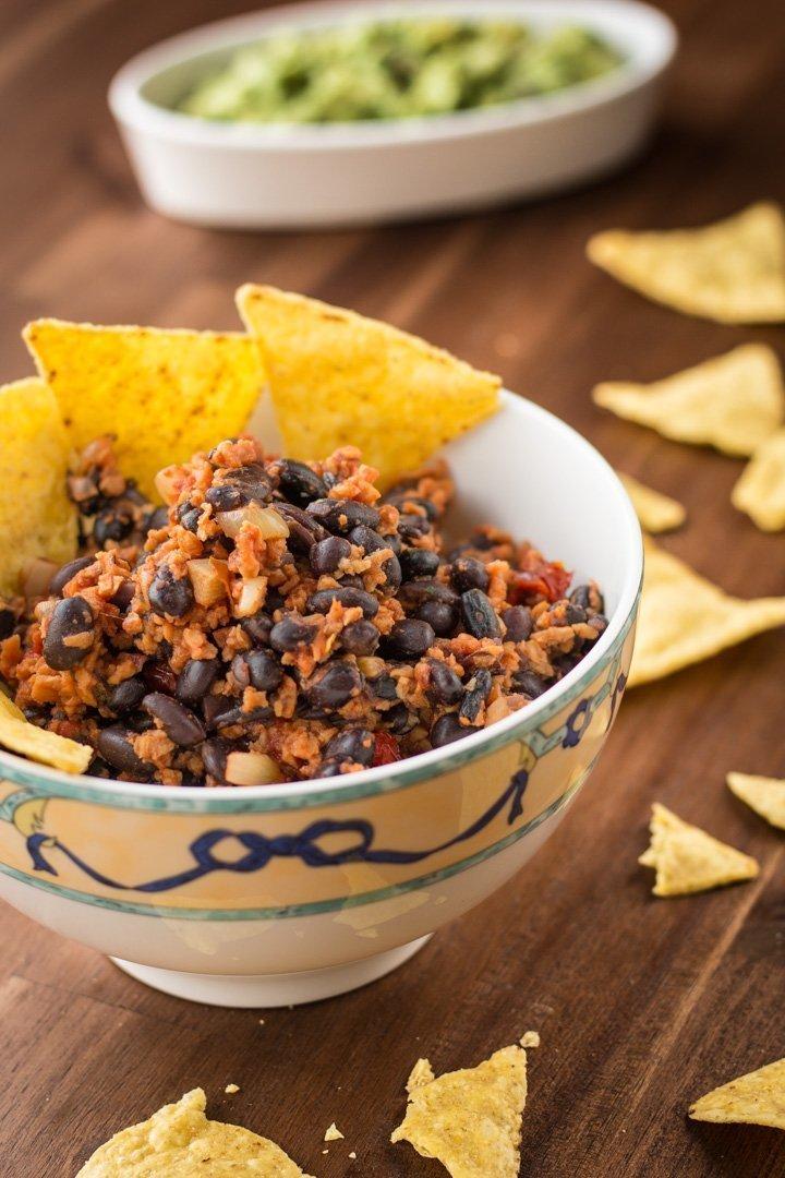 Eine Schale mexikanischer Tortillasalat mit Guacamole