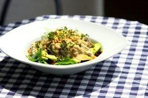 Prall gefüllter Salatteller auf einer karierten Tischdecke