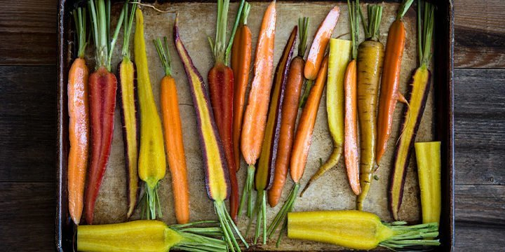 Geschmorte Karotten auf einem Backblech