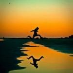 Ein Läufer springt über Wasser