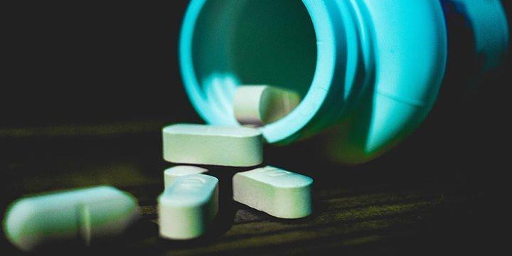 Eine Dose mit Medikamentenkapseln