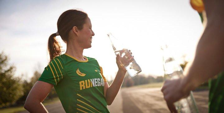 Katrin trinkt aus einer Wasserflasche