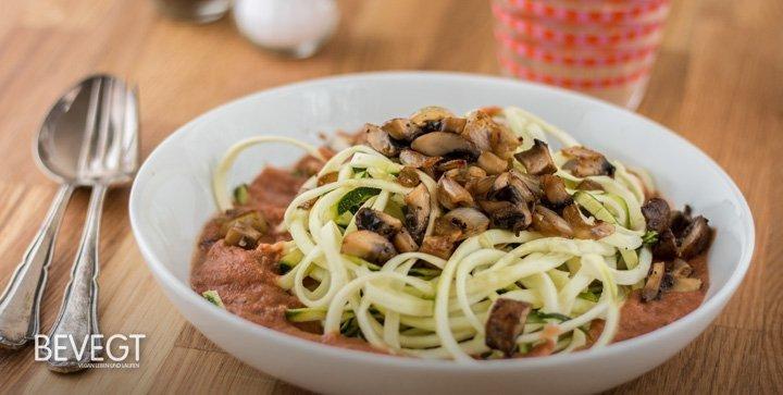 zucchini spaghetti mit gebratenen pilzen und fruchtiger. Black Bedroom Furniture Sets. Home Design Ideas