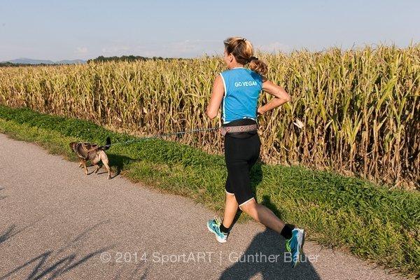 Die vegane Läuferin Ursula Visconti beim täglichen Training mit Ralfi (Foto aus der Vegan eXtreme Ausstellung)