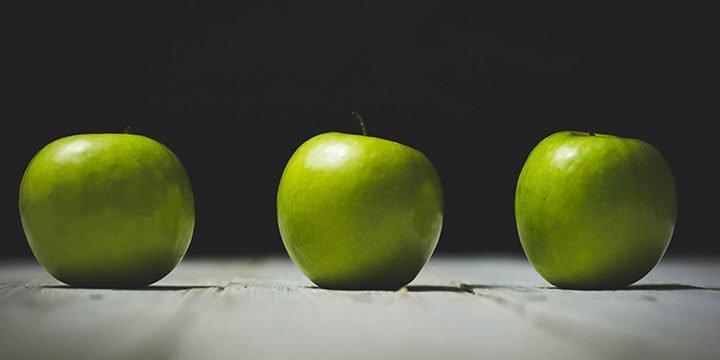 Drei grüne Äpfel auf einem Tisch