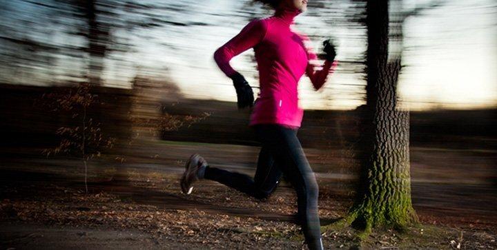 Eine Läuferin vor herbstlicher Kulisse