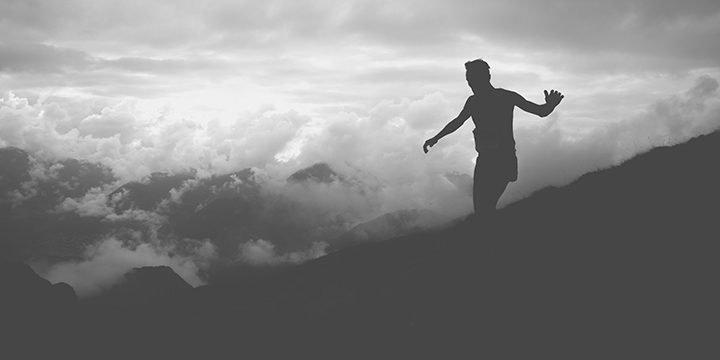 Ein Läufer in den Bergen