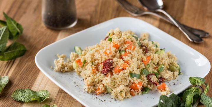 Ein Teller mit Couscous-Salat
