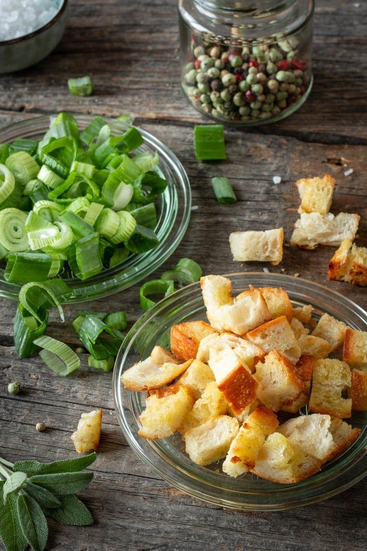 Verschiedene Toppings für die Gazpacho: geröstete Brotwürfel, Frühlingszwiebeln und Pfeffer