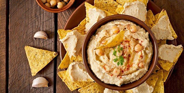 eine Schale Hummus mit Tortilla-Chips