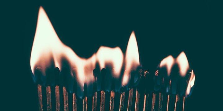 Eine Reihe brennender Streichhölzer