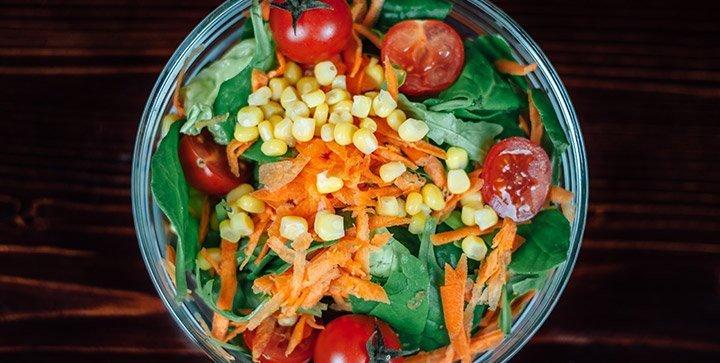 Titelbild: Eine Schüssel mit buntem Salat