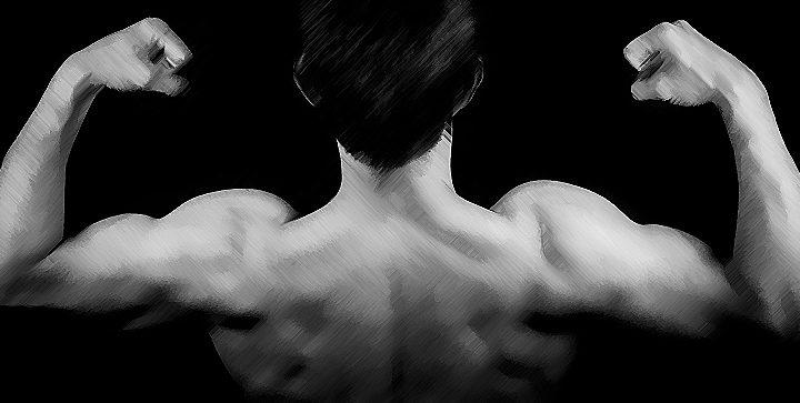 Titelbild: Ein Mann spannt seine Schulter- und Rückenmuskulatur an