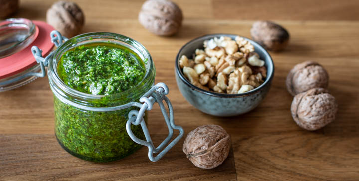 Veganes Bärlauch-Pesto mit Walnüssen, Pinien- und Kürbiskernen