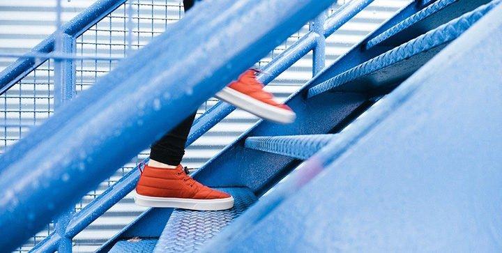 Eine Person geht eine Treppe hoch