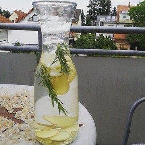 Karaffe mit Ingwer-Zitronen-Rosmarin-Wasser