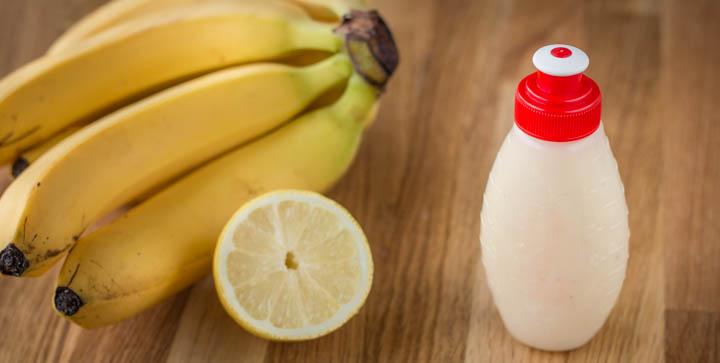 Bananen, eine angeschnittene Zitrone und eine Flasche mit selbstgemachtem Bananen-Energie-Gel