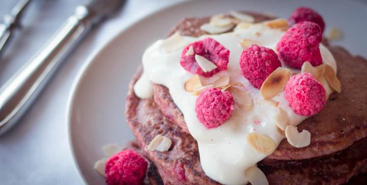 """Kichererbsen-Himbeer-Pancakes aus dem Buch """"Kick it Vegan"""" von Ilja Lauber"""
