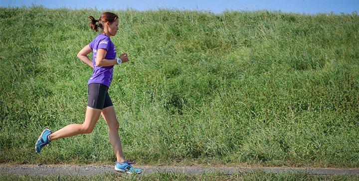 Titelbild: Katrin demonstriert die optimale Armhaltung beim Laufen