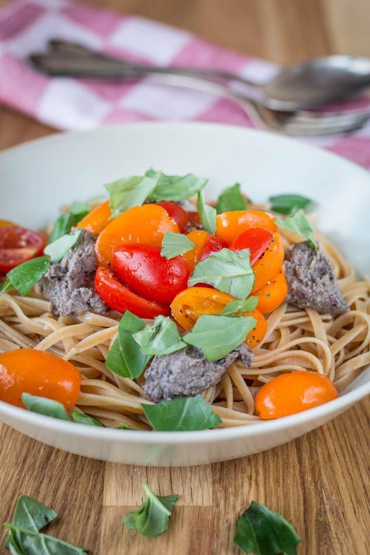 Sommerlich und lecker: Pasta mit Black Olive Hummus und frischen Tomaten