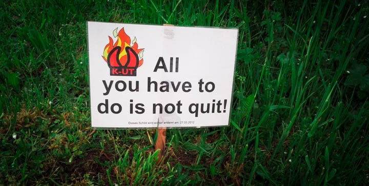 "Ein Schild mit der Aufschrift ""All you have to do is not quit!"""