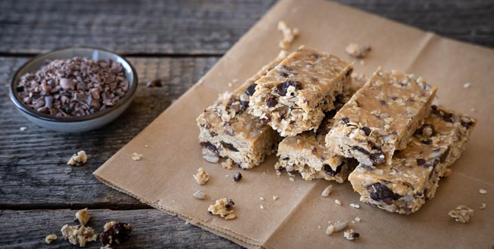Vegane No-Bake Müsliriegel mit Erdnussmus und Kakaonibs
