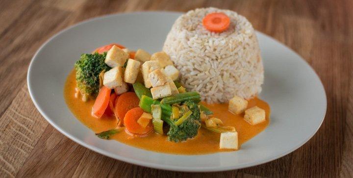 Ein Thai-Curry mit Kürbis, Brokkoli und Tofu