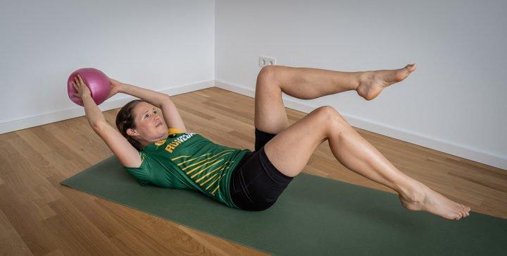 Titelbild: Katrin führt eine Kraftübung aus