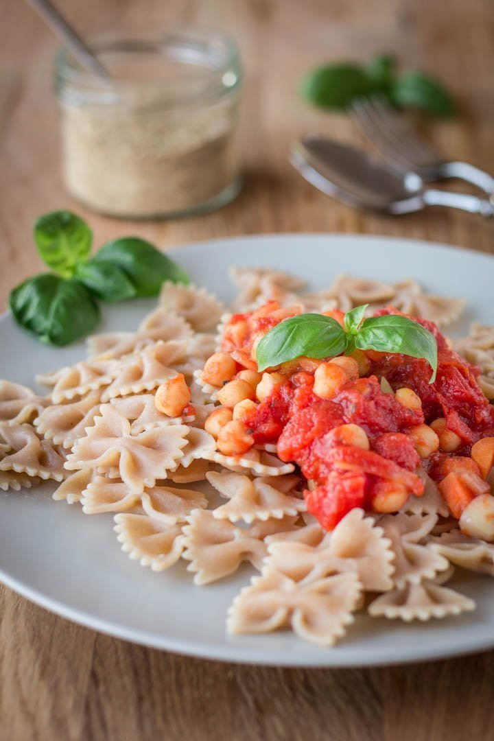 Ein Teller Pasta mit feurig scharfer Kichererbsen-Arrabiata