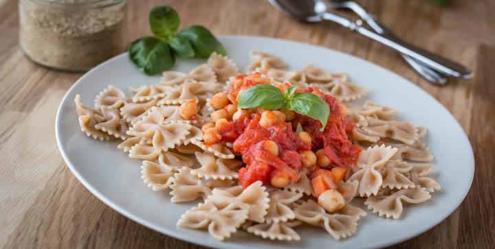 Pasta mit veganer Kichererbsen-Arrabiata: eine perfekte Läufermahlzeit