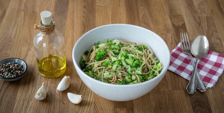 Titelbild: Eine Schale Pasta mit veganen Garlicky Greens
