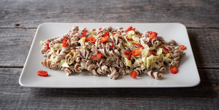 Rezept: Pasta mit veganer Spitzkohl-Sahnesoße aus Sonnenblumenkernen
