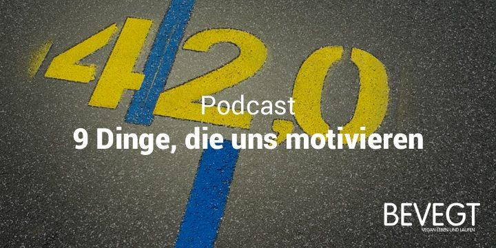 """Titelbild: Eine gelbe Kilometermarkierung """"42,0"""" auf dem Asphalt kurz vor dem Ziel eines Marathonlaufs"""