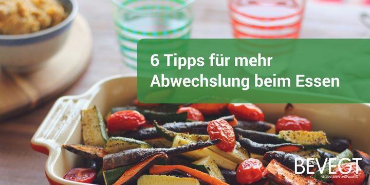 Titelbild: eine Auflaufform mit gebackenem Gemüse, eine Schale Hummus und zwei Wassergläser im Hintergrund