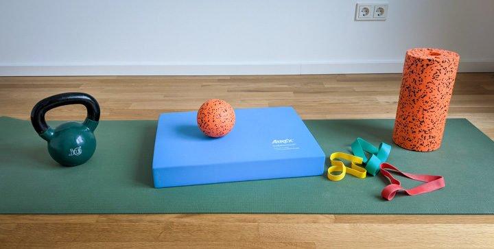 Titelbild: Trainingsgeräte für ein minimalistisches Heim-Fitnessstudio