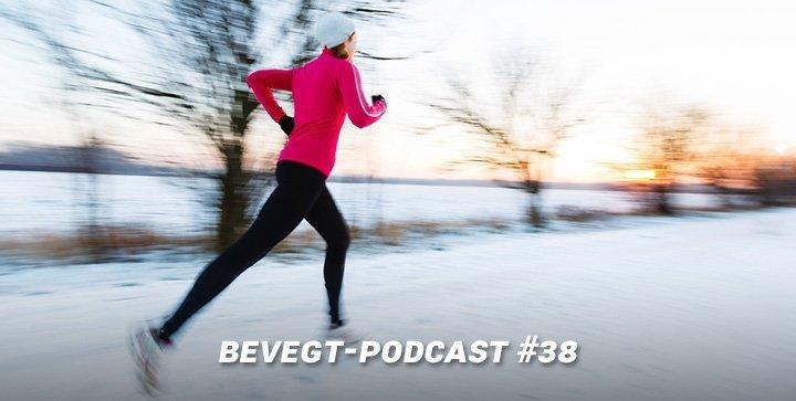 Eine Läuferin läuft auf einem verschneiten Weg