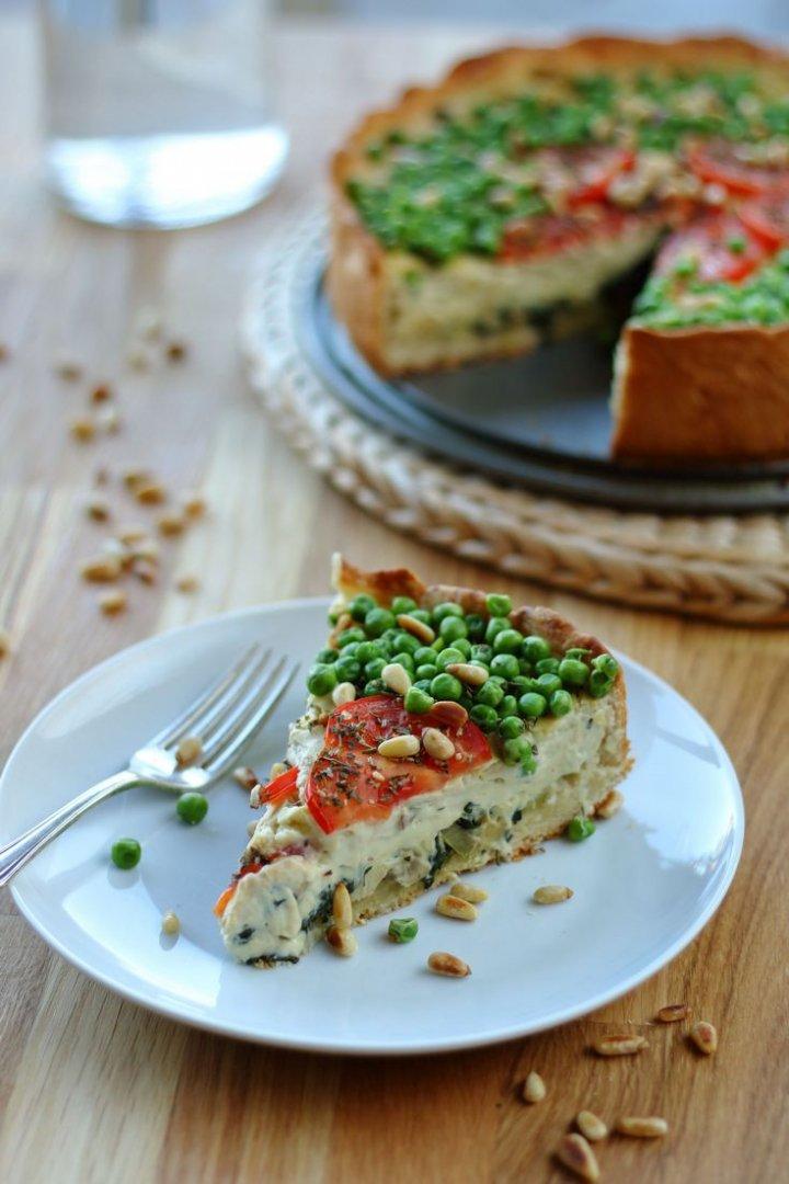 Ein Teller mit einem Stück veganer Quiche