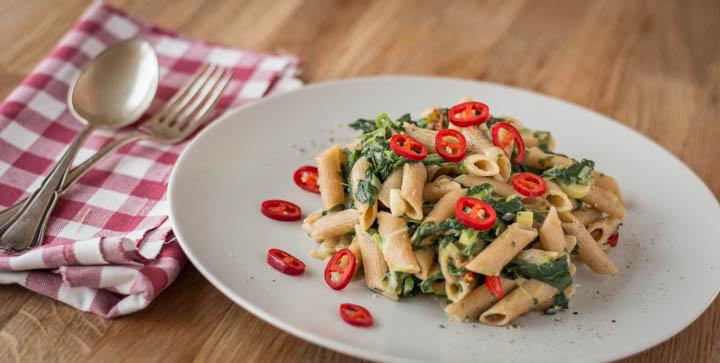 Vegane One Pot Pasta mit Spinat, Knoblauch, getrockneten Tomaten und Chili