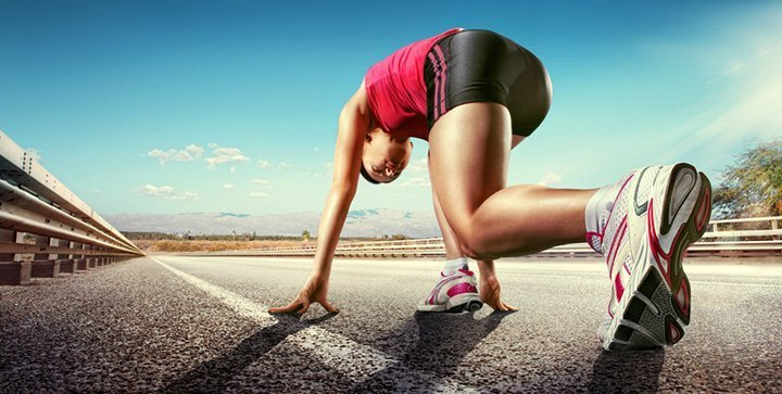 Eine Läuferin in der Startposition