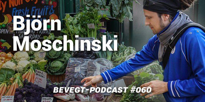 Titelbild: Björn Moschinski steht vor einem Marktstand mit Gemüse