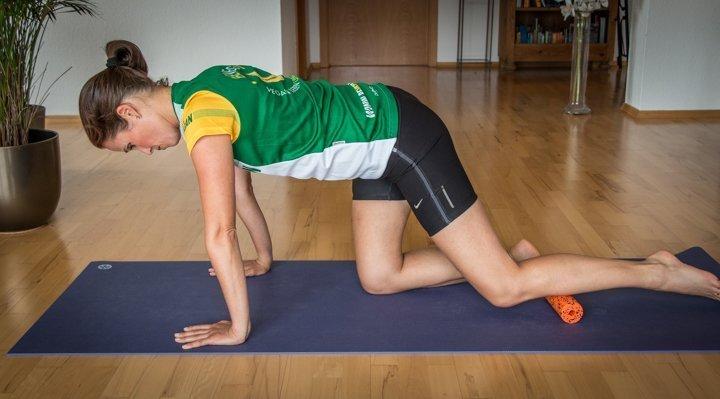 Bild: Massage des vorderen Schienbeinmuskels mit der Faszienrolle