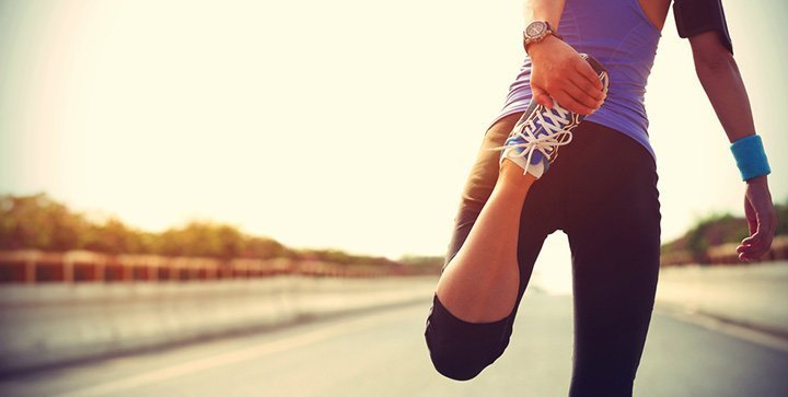 Eine Läuferin beim Stretching