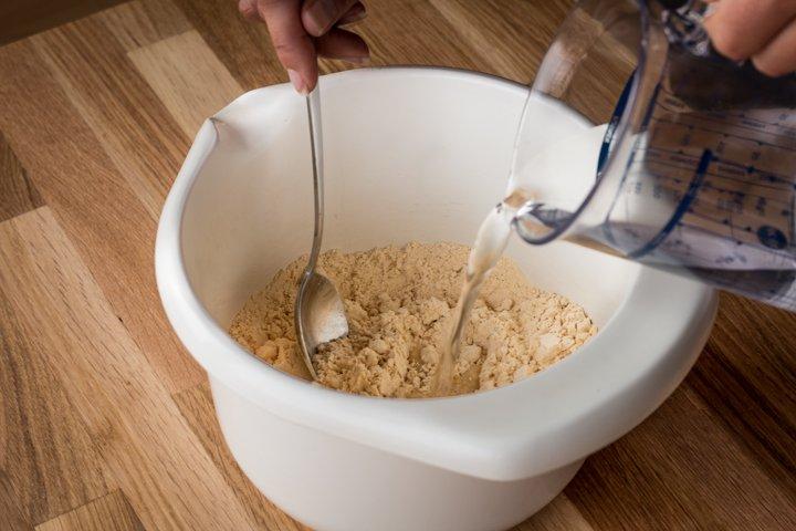 Katrin verrührt das Kichererbsenmehl mit Wasser
