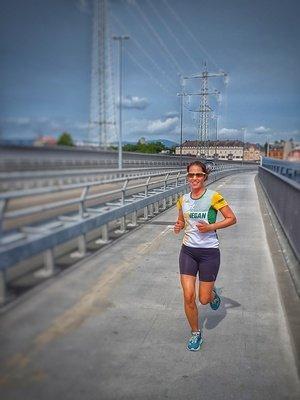 Katrin läuft über die Leunabrücke bei Höchst