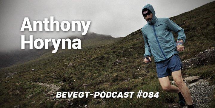 Titelbild: Anthony läuft durch eine Berglandschaft