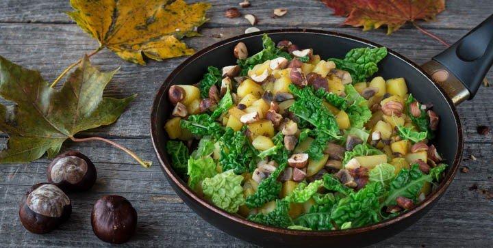 Herbstliche Wirsing-Kartoffelpfanne mit gerösteten Haselnüssen