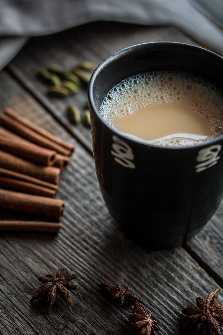 Eine Tasse Chai-Tee, Sternanis, Zimtstangen und Kardamom