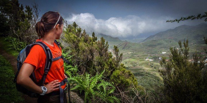Katrin schaut bei einer Wanderung auf die Landschaft