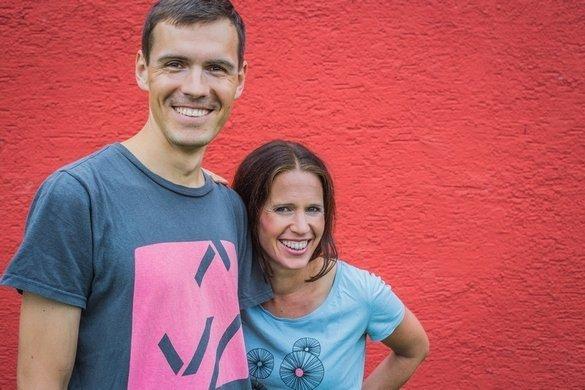 Daniel und Katrin vor einem roten Hintergrund